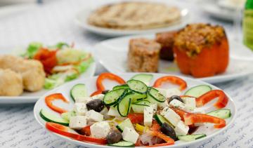 Horiatiki (insalata greca): pomodori, cetrioli, cipolle, peperoni, feta, olive.