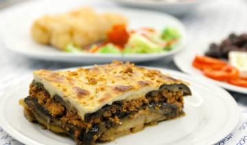Mousaka: sformato di melenzane, patate, ragù di carne, besciamella.