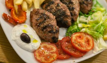 Biftekia: polpette di carne di vitello arrostita.