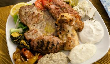 Pikilia: piatto composto da carni miste alla brace.